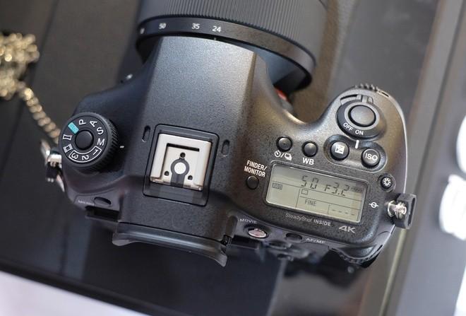 Sony A99 II cũng hướng tới cả người dùng thích quay phim với khả năng quay 4K ở tốc độ 100 Mb/giây (sử dụng XAVC S) toàn cảm biến. Máy cũng trang bị hai khe cắm thẻ nhớ SD. Cùng sở hữu cảm biến full-frame nhưng A99 II sẽ có lợi thế về giá so với đối thủ bên phía Canon là 5D Mark IV cũng sắp bán tại Việt Nam với giá 89 triệu đồng.