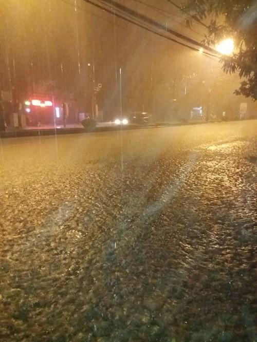 Miền Trung oằn mình trong trận mưa lũ lịch sử ảnh 1