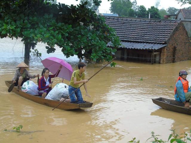 Miền Trung oằn mình trong trận mưa lũ lịch sử ảnh 2
