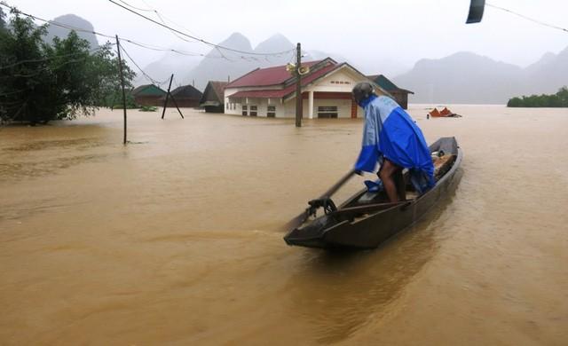 Miền Trung oằn mình trong trận mưa lũ lịch sử ảnh 3