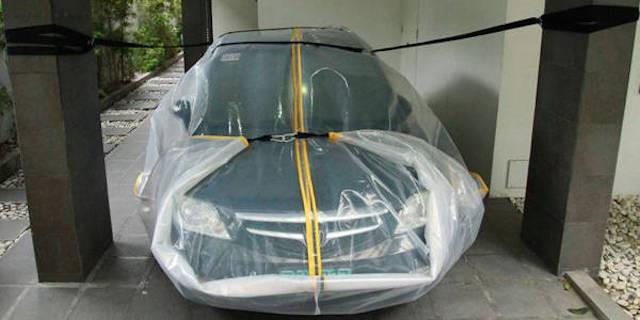 Cho ôtô vào túi ni lông sẽ là cứu cánh cho vùng lụt ảnh 1