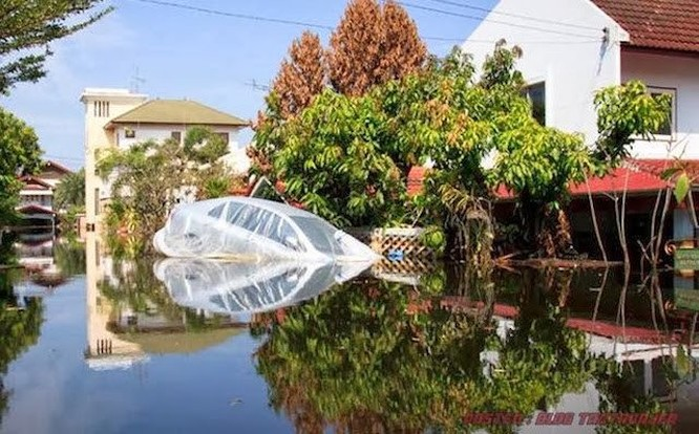 Cho ôtô vào túi ni lông sẽ là cứu cánh cho vùng lụt ảnh 4