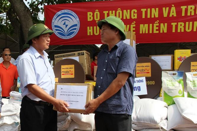 Bộ trưởng Trương Minh Tuấn thăm và tặng quà đồng bào lũ lụt Quảng Bình ảnh 2