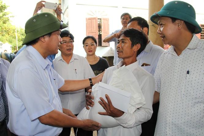 Bộ trưởng Trương Minh Tuấn thăm và tặng quà đồng bào lũ lụt Quảng Bình ảnh 4