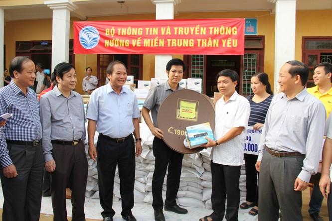 Bộ trưởng Trương Minh Tuấn thăm và tặng quà đồng bào lũ lụt Quảng Bình ảnh 8
