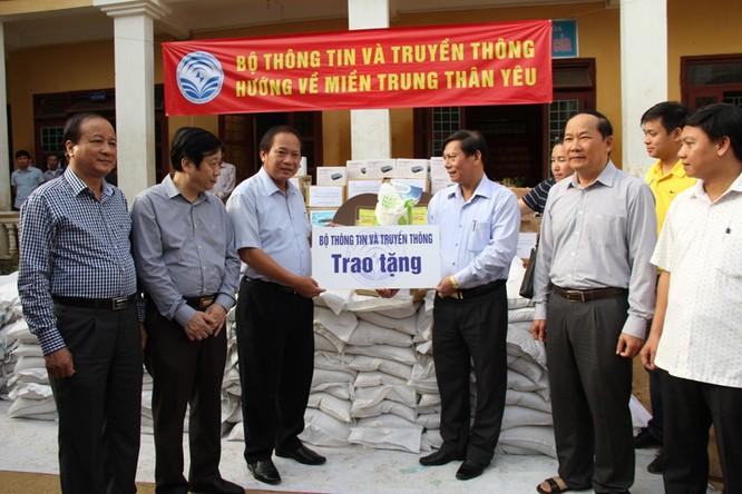 Bộ trưởng Trương Minh Tuấn thăm và tặng quà đồng bào lũ lụt Quảng Bình ảnh 1