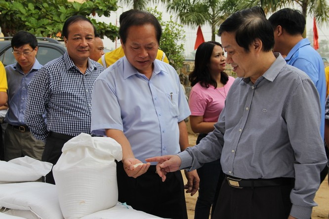 Bộ trưởng Trương Minh Tuấn thăm và tặng quà đồng bào lũ lụt Quảng Bình ảnh 5