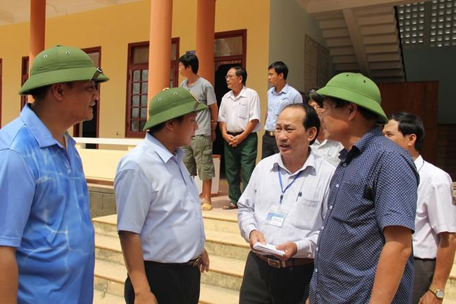 Bộ trưởng Trương Minh Tuấn thăm và tặng quà đồng bào lũ lụt Quảng Bình ảnh 6