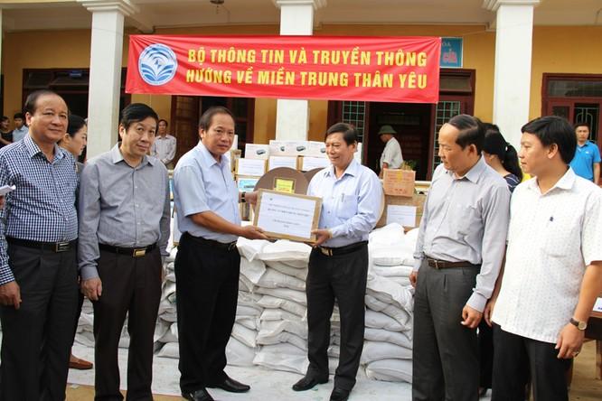 Bộ trưởng Trương Minh Tuấn thăm và tặng quà đồng bào lũ lụt Quảng Bình ảnh 7