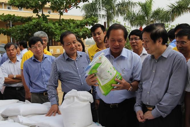 Bộ trưởng Trương Minh Tuấn thăm và tặng quà đồng bào lũ lụt Quảng Bình ảnh 3