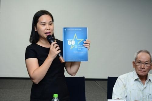"""Bà Nguyễn Thị Thu Giang - Tổng thư ký VINASA giới thiệu ấn phẩm """"50 Doanh nghiệp CNTT hàng đầu Việt Nam 2016""""."""