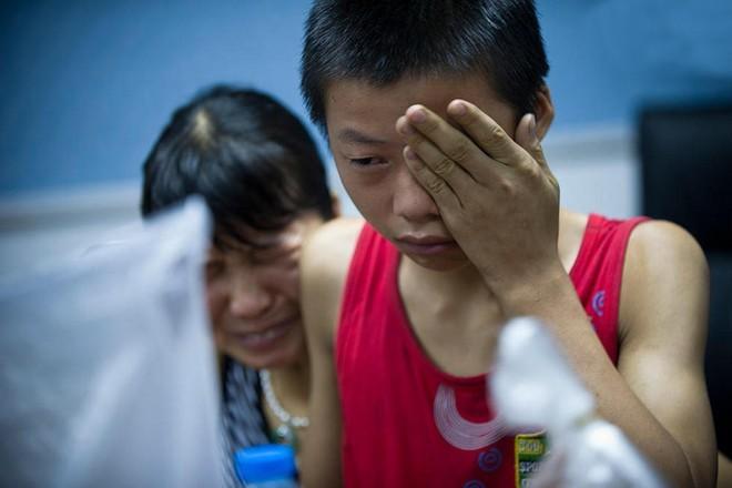 Năm 2014, một học sinh trung học cơ sở ở Thâm Quyến tên Wang Sheng mất liên lạc với gia đình trong 13 ngày. Sau đó, cậu bé được cảnh sát tìm thấy trong một quán cafe Internet. Wang Sheng cho biết cậu không thể chịu đựng được cha và mẹ kế của mình vì thường xuyên bị đánh đập và cậu không muốn về nhà. Cậu cho biết, những ngày