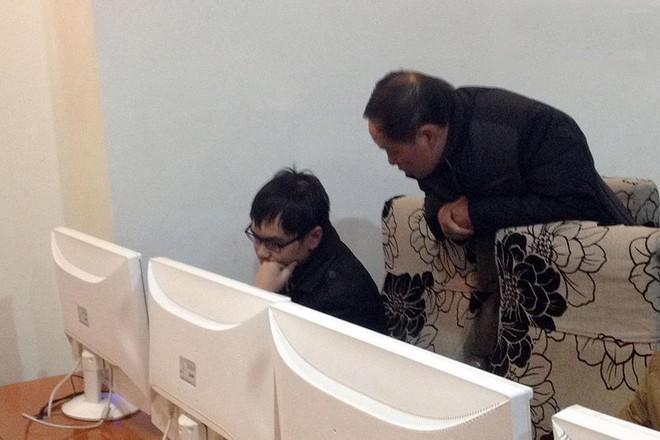 Năm 2006, Liu Ning (ở Tứ Xuyên) cũng đỗ Đại học Trung Quốc chuyên ngành công nghệ. Năm 2010, tốt nghiệp đại học nhưng không tìm thấy công việc lý tưởng, anh sa đà vào Internet và bỏ nhà đi lang thang. Đầu năm 2014, cha đã tìm thấy anh trong một quán game ở Thành Đô. Trong ảnh, người cha đang thuyết phục con trai trở về nhà với gia đình.