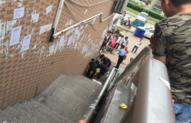 7/6/2016, một người đàn ông bước ra từ một quán game tại Nam Kinh rồi bất ngờ gục ngã và chết bên chân cầu thang. Theo những người sống tại đây, người đàn ông này đã ăn, ngủ, nghỉ ở quán game được một hoặc hai tháng. Ông không có người thân thích và người lúc nào trông cũng gầy gò ốm yếu.