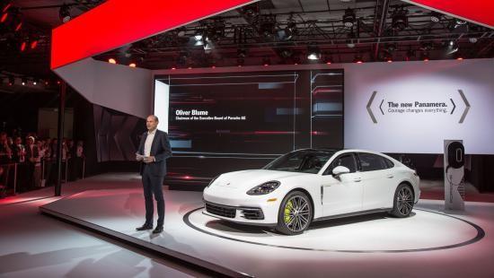 Panamera Executive và 911 RSR tỏa sáng gian trưng bày của Porsche ảnh 2