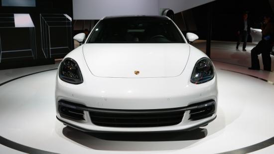Panamera Executive và 911 RSR tỏa sáng gian trưng bày của Porsche ảnh 3