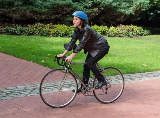 Video: Độc đáo mũ bảo hiểm xe đạp làm từ… giấy tái chế ảnh 3