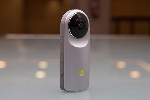 LG Cam 360 được đánh giá là thiết bị chụp ảnh 360 cầm tay nhỏ gọn- (ẢNH: POCKET-LINT).