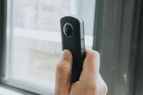 Để tận dụng sức mạnh Theta m15, người dùng phải thao tác với điện thoại kết nối- (Ảnh: REUTERS).