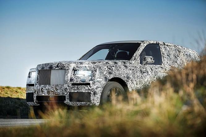 Nhiều khả năng mẫu SUV siêu sang này cũng dùng động cơ V12 của Phantom.