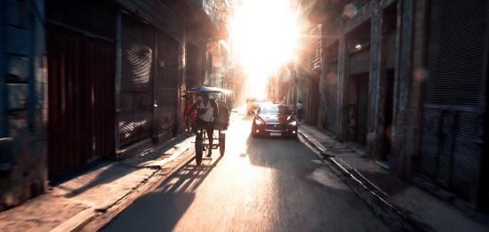 Video: Infiniti Q60 lạ lẫm trong mắt người dân Cuba ảnh 5