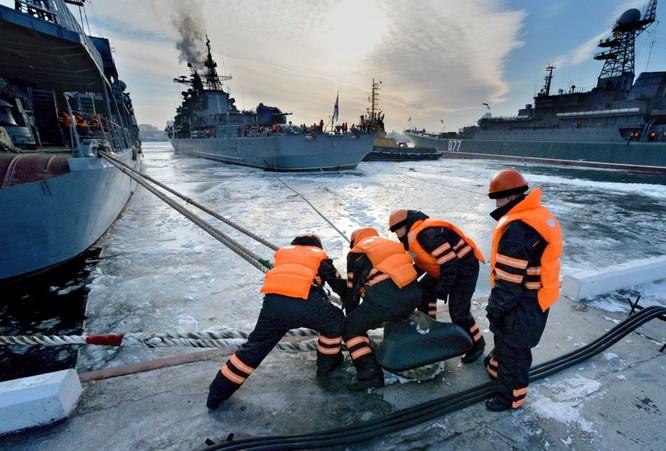 Tàu khu trục trong đang thả neo tại cảng Vladivostok