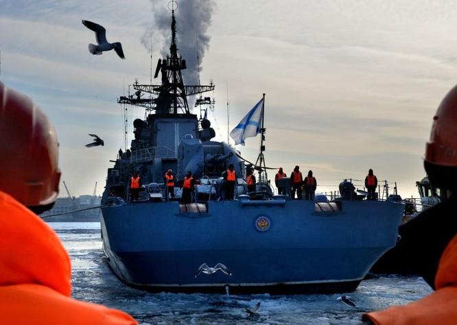 Tàu khu trục Bystryi thả neo ở cảng Vladivostok.