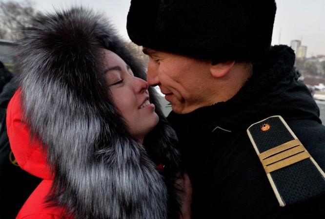 Thủy thủ tàu khu trục Bystryi gặp người thân ở cảng Vladivostok.