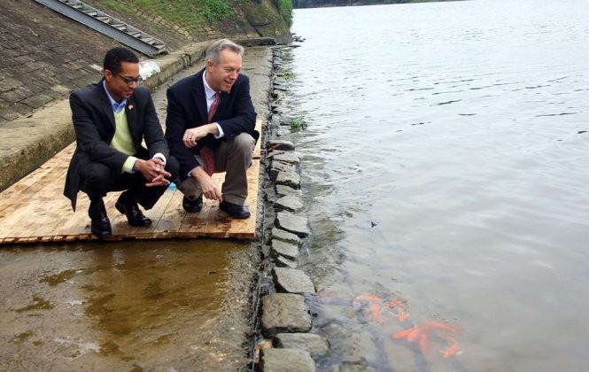 Đại sứ Mỹ thả cá chép tiễn ông Táo về trời ảnh 1