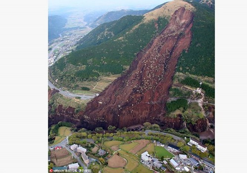 Cảnh tượng như tận thế sau động đất Nhật Bản ảnh 1