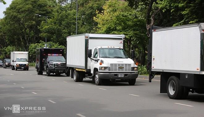 Limousine The Beast của Tổng thống Obama xuống phố Sài Gòn ảnh 9