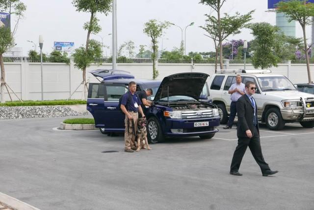 Đoàn xe đón ông Obama đã rời khách sạn đến Sân bay Nội Bài ảnh 15