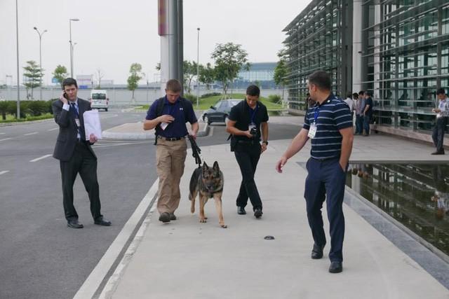 Đoàn xe đón ông Obama đã rời khách sạn đến Sân bay Nội Bài ảnh 11