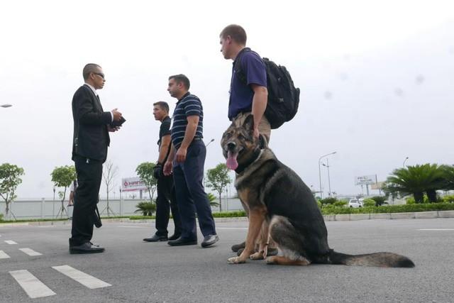 Đoàn xe đón ông Obama đã rời khách sạn đến Sân bay Nội Bài ảnh 12