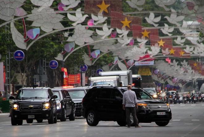 Limousine The Beast của Tổng thống Obama xuống phố Sài Gòn ảnh 10