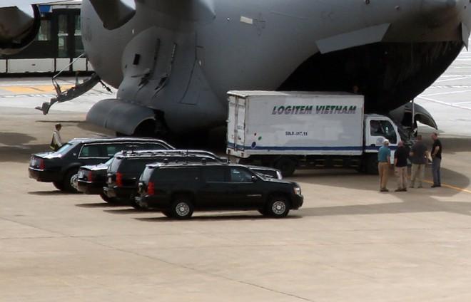 Limousine The Beast của Tổng thống Obama xuống phố Sài Gòn ảnh 3