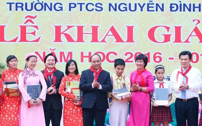 Sáng 5/9, Thủ tướng Nguyễn Xuân Phúc, Bộ trưởng GD&ĐT Phùng Xuân Nhạ dự lễ khai giảng năm học mới 2016 - 2017 tại Trường PTCS Nguyễn Đình Chiểu, Hà Nội.