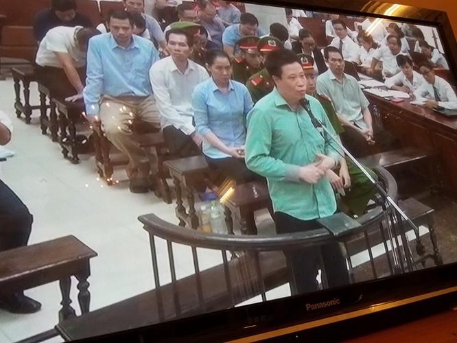 """Hà Văn Thắm: """"Chứ bị cáo nghĩ rằng là đòi như vậy thì rất xấu hổ"""". (Ảnh: X.T)"""