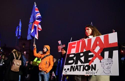 Những nhà hoạt động chống Brexit biểu tình bên ngoài tòa nhà quốc hội hôm 15/1. Ảnh: AFP.