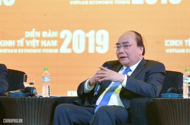 Thủ tướng Nguyễn Xuân Phúc trao đổi tại phiên đối thoại. (Ảnh: VGP)