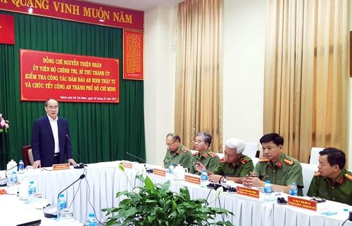 Bí thư Thành ủy TP HCM Nguyễn Thiện Nhân trao đổi với Ban giám đốc Công an TP HCM. Ảnh: Trung Sơn