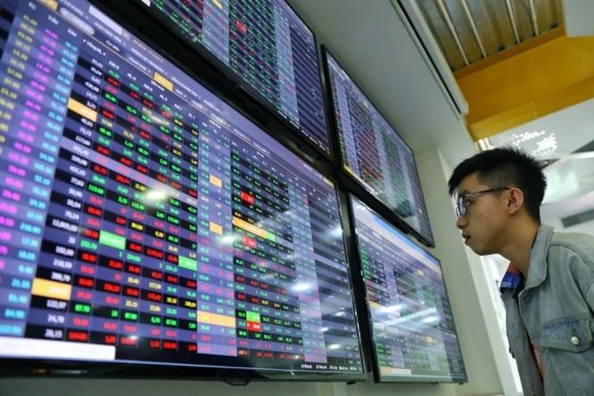 Nhà đầu tư theo dõi bảng giá chứng khoán tại sàn giao dịch VNDIRECT. Ảnh:Hữu Khoa