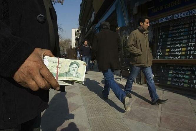 Người đổi tiền trên đường phố Tehran (Iran). Ảnh: Reuters