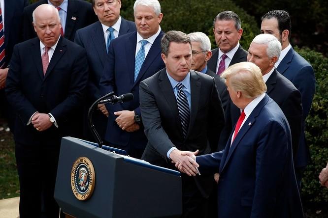 Tổng thống Trump bắt tay CEO Walmart Doug McMillon ngày 13/3. Ảnh: AP