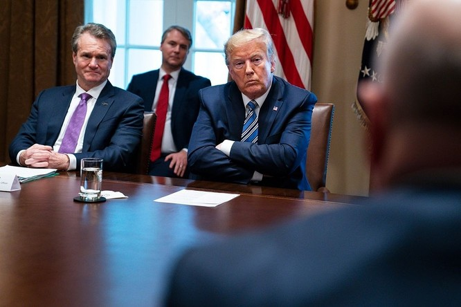 CEO Bank of America Brian Moynihan và Tổng thống Trump trong cuộc họp ngày 11/3. Ảnh: AP