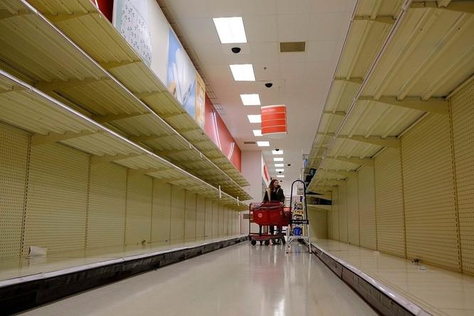 Quầy kệ trống trơn trong một siêu thị Target tại Bloomington, Indiana ngày 10/3. Ảnh: Zuma Press