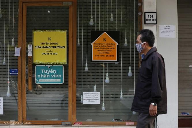 Loạt cửa hàng kinh doanh trên phố Chùa Bộc (Hà Nội) phải tạm đóng cửa vì Covid-19. Ảnh: Ngọc Thành