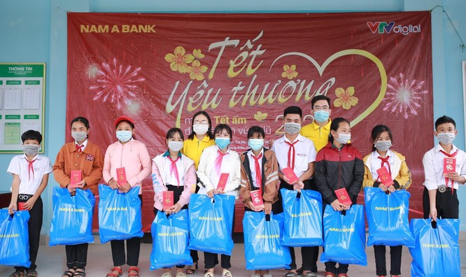 Nam A Bank mang tết ấm đến bà con vùng lũ tại Trà Leng và Rào Trăng ảnh 5
