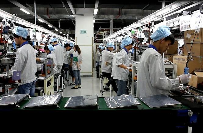 Công nhân nhà máy Pegatron tại Trùng Khánh (Trung Quốc). Ảnh: WSJ