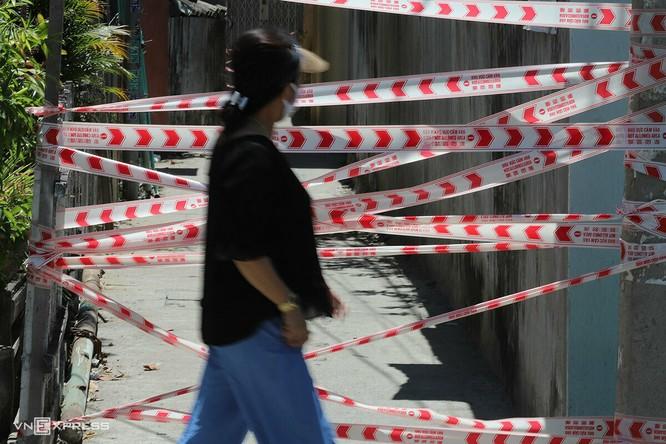Người dân đi qua khu vực bị phong tỏa tại Đà Nẵng ngày 28/7. Ảnh: Nguyễn Đông.